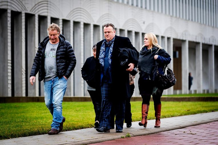 Advocaat Richard Korver en nabestaanden van Mitch Henriquez, voor aanvang van de uitspraak in de strafzaak tegen de agenten die betrokken waren bij de dood van Henriquez Beeld anp