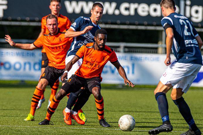 Martijn Jansen (midden) kreeg in het duel met Sparta Nijkerk een rode kaart