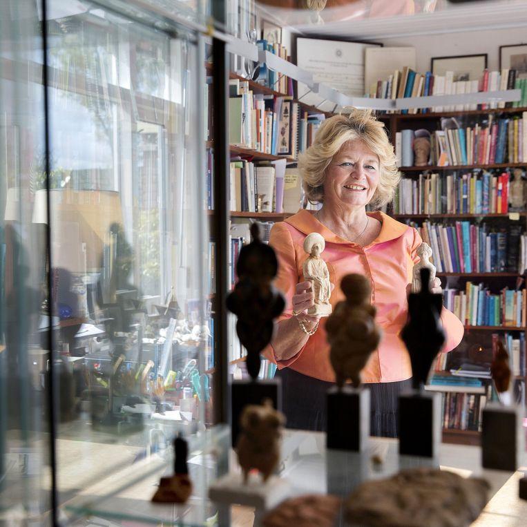 Annine van der Meer bij haar verzameling vrouwelijke godsbeelden: 'Je valt van je stoel als je je hierin verdiept!' Beeld Inge van Mill