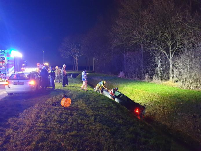 De auto belandde in de greppel na een aanrijding.