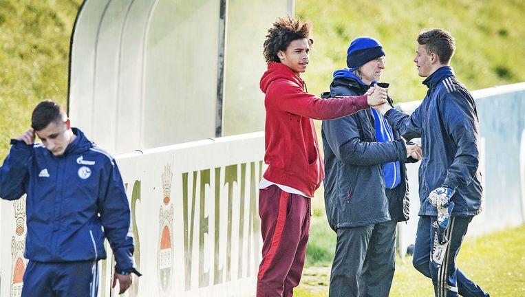 Norbert Elgert, jeugdtrainer van Schalke 04, met spits Leroy Sané tijdens training A-jeugd. Beeld null