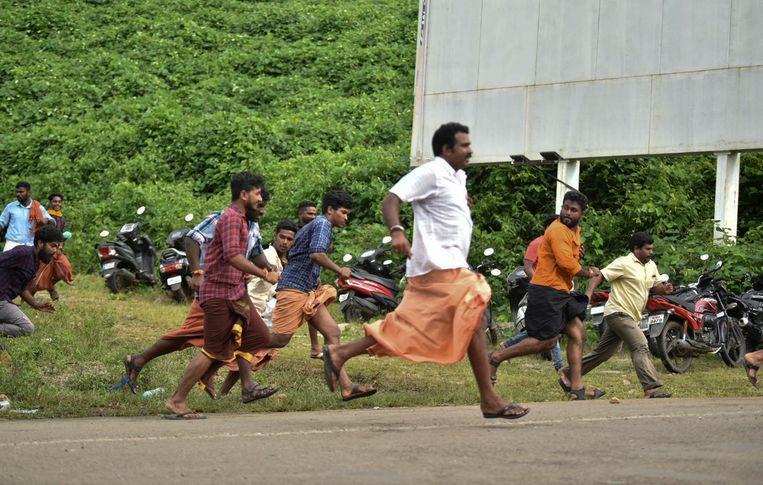 Demonstranten die voor de vrouwenban zijn rennen weg van de politie.  Beeld AP