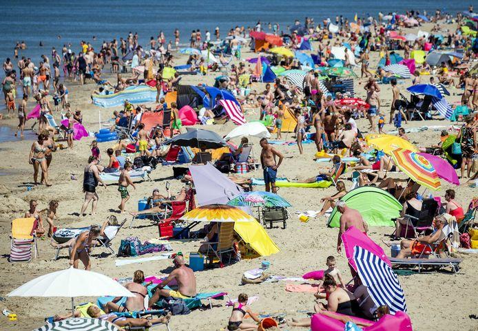 Strandgangers zoeken verkoeling bij de kust op de heetste dag van het jaar.