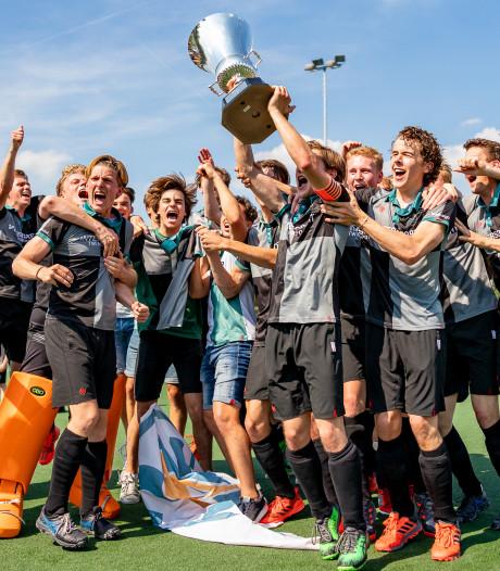 Hockeyers Alphen winnen Silver Cup en dragen hem op aan verongelukte speler Floris Wever