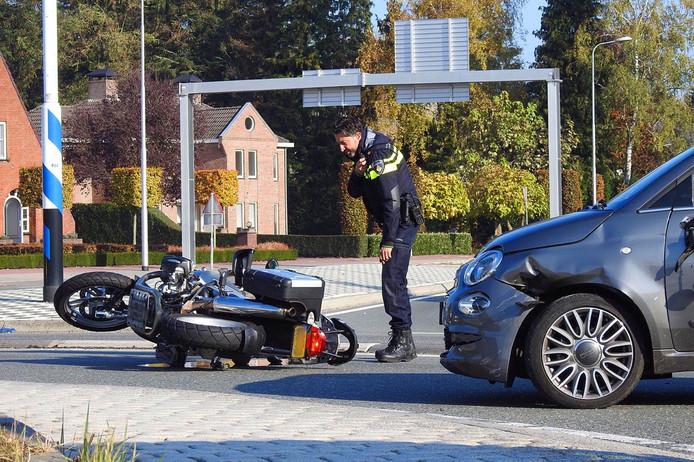 Ongeluk in Leende tussen een auto en motorrijder.