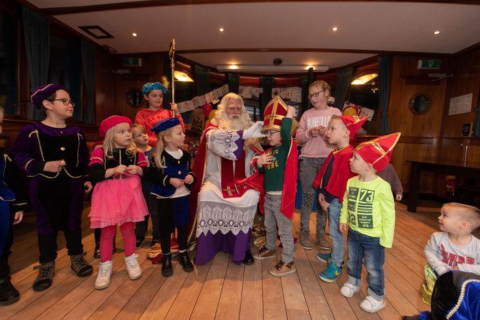 Sinterklaas hoeft niet altijd zelf zijn 'mijter op de kneiter', kinderen mochten het ceremoniële hoofddeksel ook even proberen.