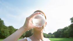 Drink je genoeg water? Diëtist Sanne vertelt op welke alarmsignalen je moet letten