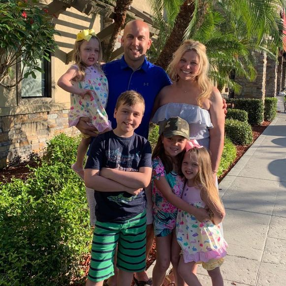 Kyle en Kara Geiselman met hun vier kinderen.