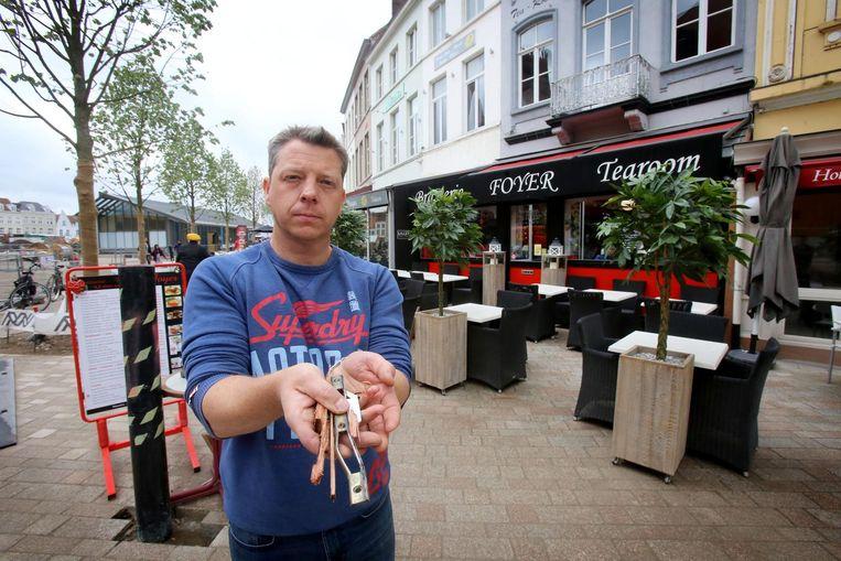 Curt Lagast van De Foyer met het verwrongen slot van de voordeur.