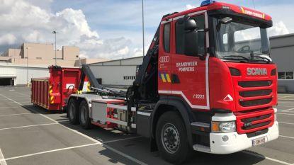 Hybride wagen vat vuur: brandweer moet voertuig onderdompelen in container vol water