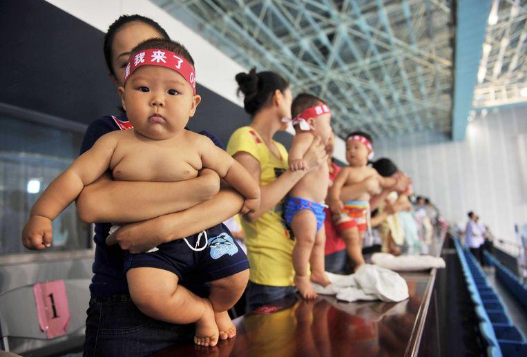 Baby's in het zwembad in Beijing. Beeld AFP