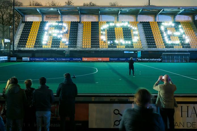 Ruim honderd jeugdspelers verlichten de tribune als eerbetoon aan Rob Campbell.