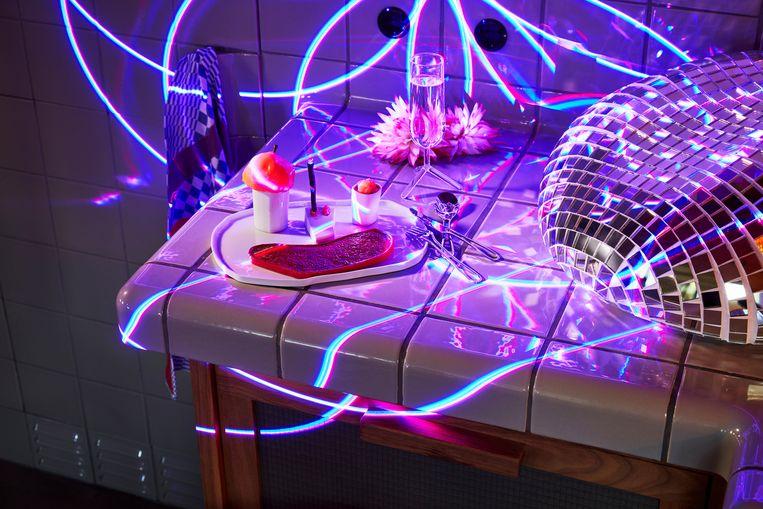 *Porseleinen 'Pretty Happy'servies van Maarten Baas voor Cor Unum, €79 (www.corunum-ceramics.nl) * 'Louise Tripod'-champagneglas van Maarten Baptist, set van twee €60, (www.maartenbaptist.com) * 'Graffiti'-theedoek van Viktor & Rolf by TextielMuseum, €18 (by.textielmuseum.nl) Beeld null