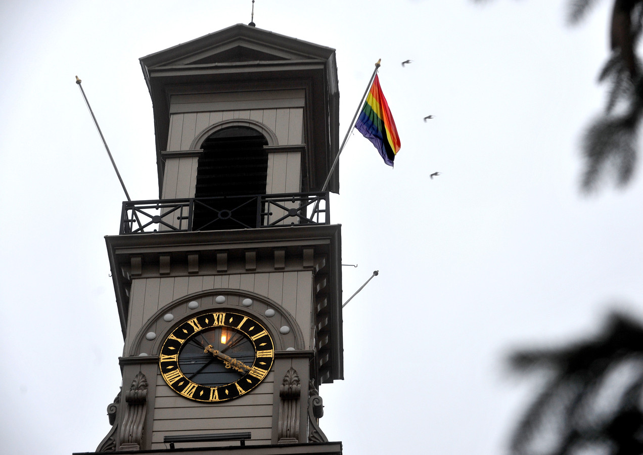 De regenboogvlag op het Stadhuis in Dordrecht. Foto ter illustratie.