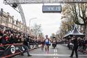 Winnares Letesenbet Gidey komt over de finish. De Ethiopische won de Zevelheuvelenloop en verbrak tegelijkertijd het wereldrecord op de 15 kilometer, met een tijd van 44.20 minuten.