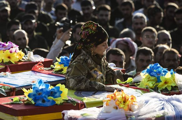 Begrafenis van vijf Koerdische strijders van Syrian Democratic Forces (SDF) in Qamishli, Koerdische stad in het noordoosten van Syrië.