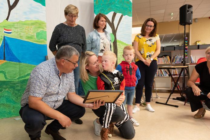 Omdat de school hun zoon Joas, die down heeft, gewoon in de klas heeft gehad het afgelopen jaar, krijgt de Borchstee de Passend Onderwijs Pluim van Jeanine en Walter Boerendans.