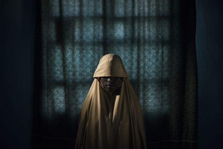 De 14-jarige Aisha, ontvoerd door Boko Haram en ontsnapt. Beeld Photo by Adam Ferguson for The N