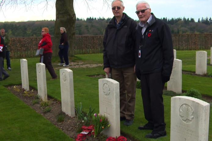 William McGregor bij het graf van zijn broer.