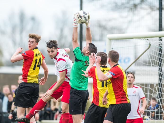 Doelman Braam (Dalen) pakt in de 2e helft meerdere ballen die in zijn 16m komen. Maarten Pouwels(Sv Dalfsen) Erik Koedijk(Sv Dalfsen) en aanvoerder Sjoerd Klarenbeek(Sv Dalfsen) kunnen alleen maar toekijken.