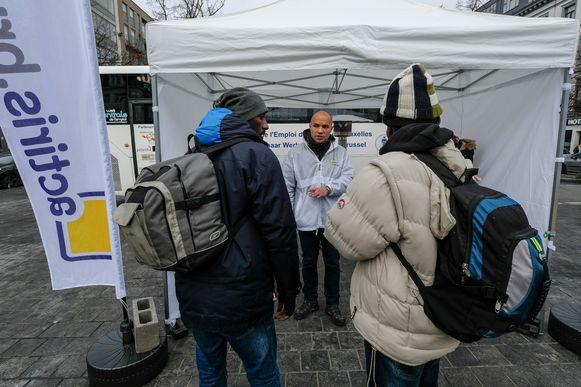 Een Actiris-medewerker geeft meer uitleg over jobmogelijkheden aan werkzoekenden.