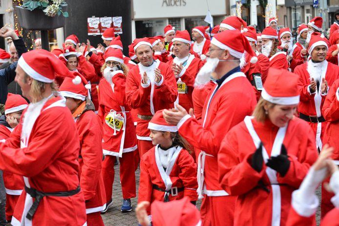 Driehonderdvijftig vrolijke gezichten stonden, ondanks een nare spat regen , vol goede moed aan de start van de jaarlijkse Rotary Santa Run in het Bredase Ginneken.