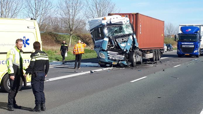 Op de A15 bij Tiel is een ongeval gebeurd met een vrachtwagen.