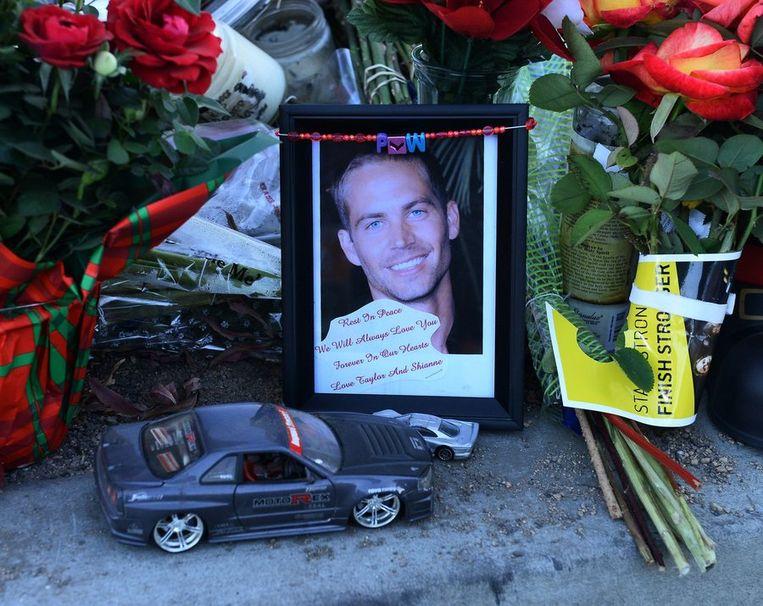 Bloemen en een schaalmodel op de plaats van het ongeluk in Santa Clarita, Californië.