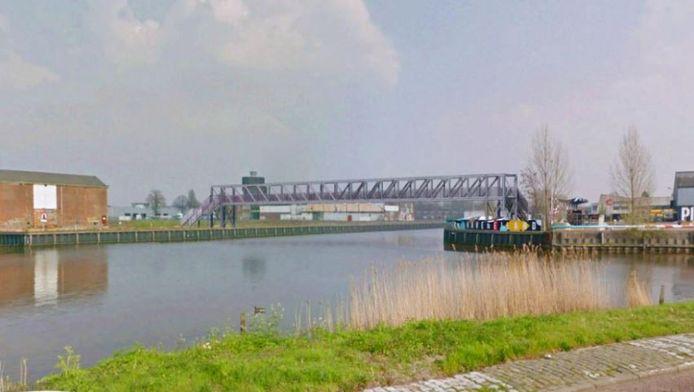 Impressie van de tijdelijke brug over de Belcrumhaven, die de Veilingkade verbindt met het Havenkwartier (Backer en Rueb).
