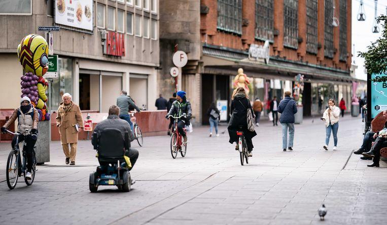 Bezoekers wandelen en fietsen door het centrum van Den Haag.  Beeld ANP