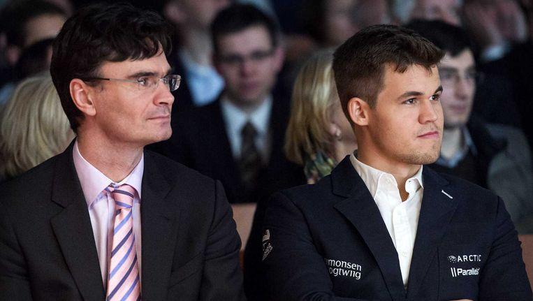 Schakers Loek van Wely (L) en Magnus Carlsen tijdens de opening van het Tata Steel Chess Tournament. Beeld anp