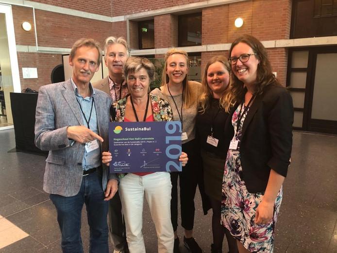 Diana Keizer (tweede van links)  van het College van Bestuur van Van Hall Larenstein toont trots de oorkonde van de SustainBull te midden van haar team.