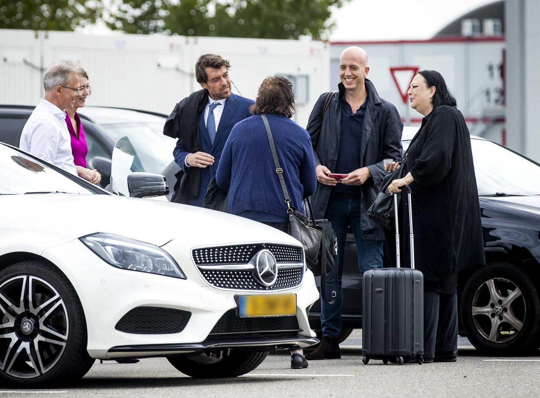 Advocaten Nico Meijering, Laura ter Steeg, Juriaan de Vries, Christian Flokstra en Inez Weski praten na bij de extra beveiligde rechtbank op Schiphol na afloop van een zitting in het grote liquidatieproces Marengo.  Beeld ANP