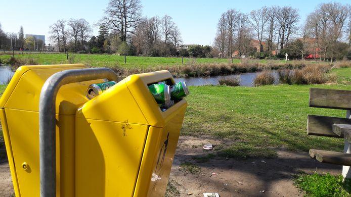 Zwerfvuil en volle prullenbakken in het Van Boetzelaerpark.