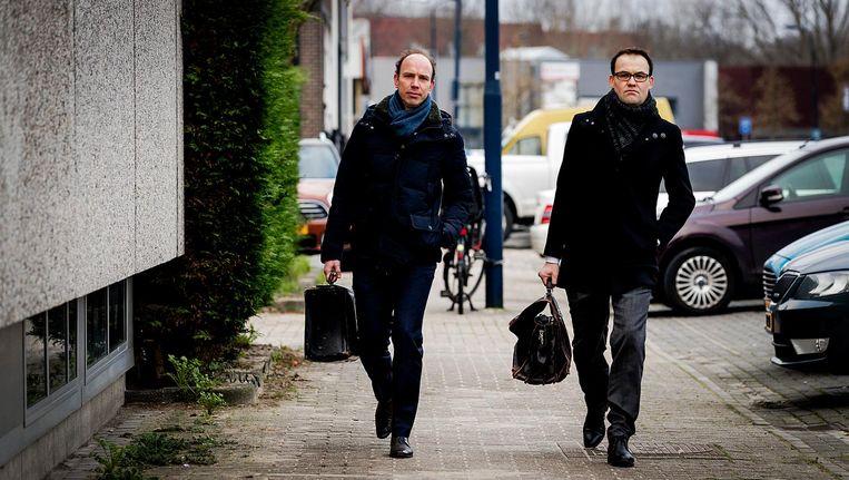 Advocaten Sander Janssen (L) en Robert Malewicz komen aan bij de rechtbank om de belangen van hun client Willem Holleeder te behartigen. Beeld anp