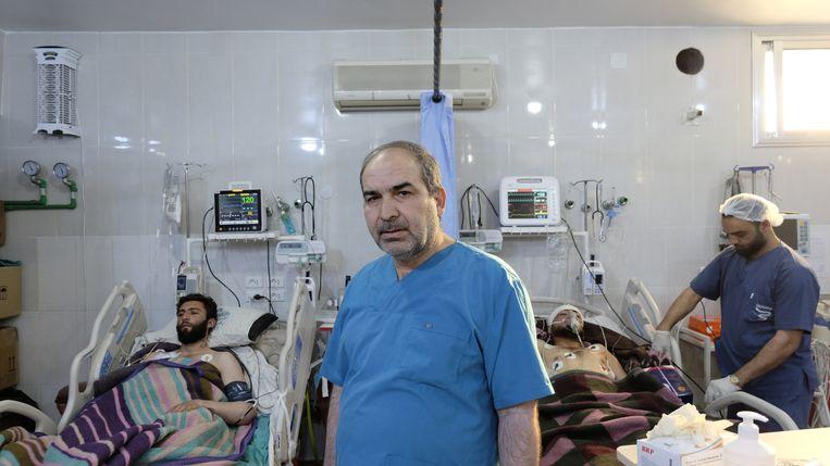 'Het regime heeft in één jaar tijd 67 ziekenhuizen gebombardeerd en onzevoorraden verwoest', zegt Mohammed Abrash, arts in het ziekenhuis van Bab al-Hawa. Beeld Melvyn Ingleby