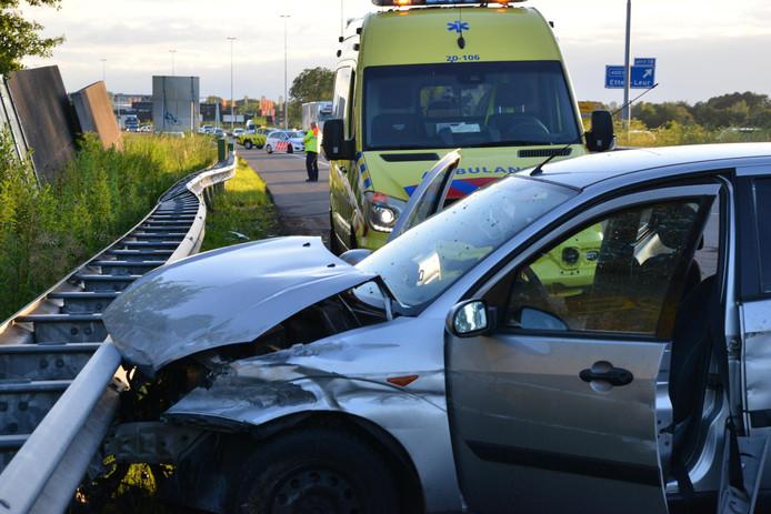 Auto belandt tegen vangrail na eenzijdig ongeval
