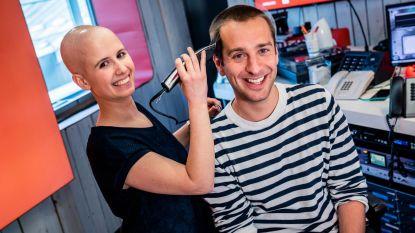 Het is gebeurd: borstkankerpatiënte Lobke scheert Sam De Bruyn een broske