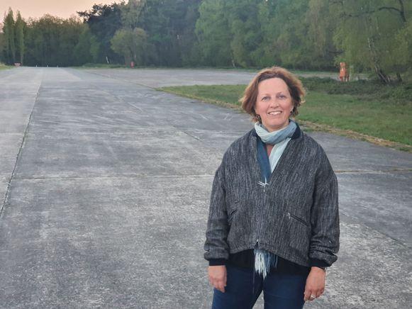 Mieke Schauvliege op het vliegveld van Ursel, midden de natuur van het Drongengoedbos.