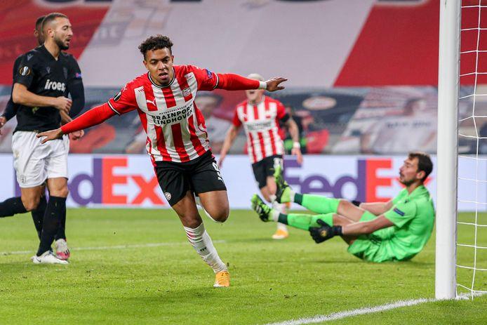 Donyell Malen rent juichend weg nadat hij PSV op voorsprong heeft gezet.