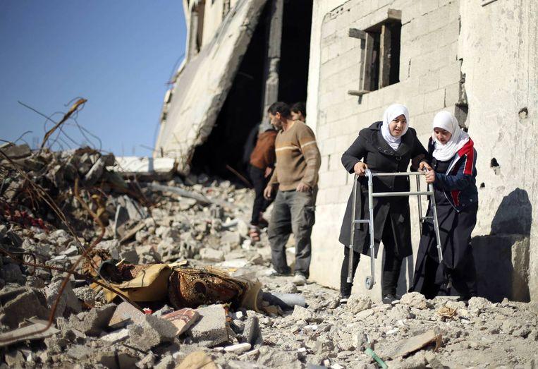 Palestijnen in de wijk Beit Hanoun in Gaza, die door het Israëlische leger grotendeels werd kapotgeschoten tijdens de oorlog van afgelopen zomer. Beeld reuters
