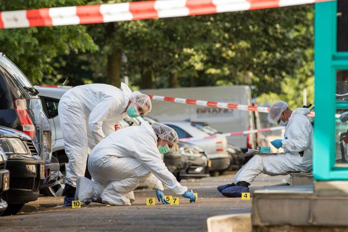 Onderzoekers aan het werk op de plek van de verkrachting.