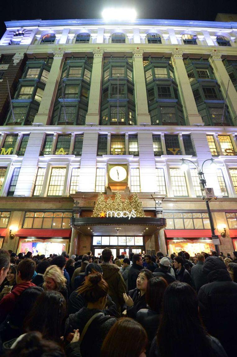 Mensen wacht voor de deur van Macy's. Beeld AFP