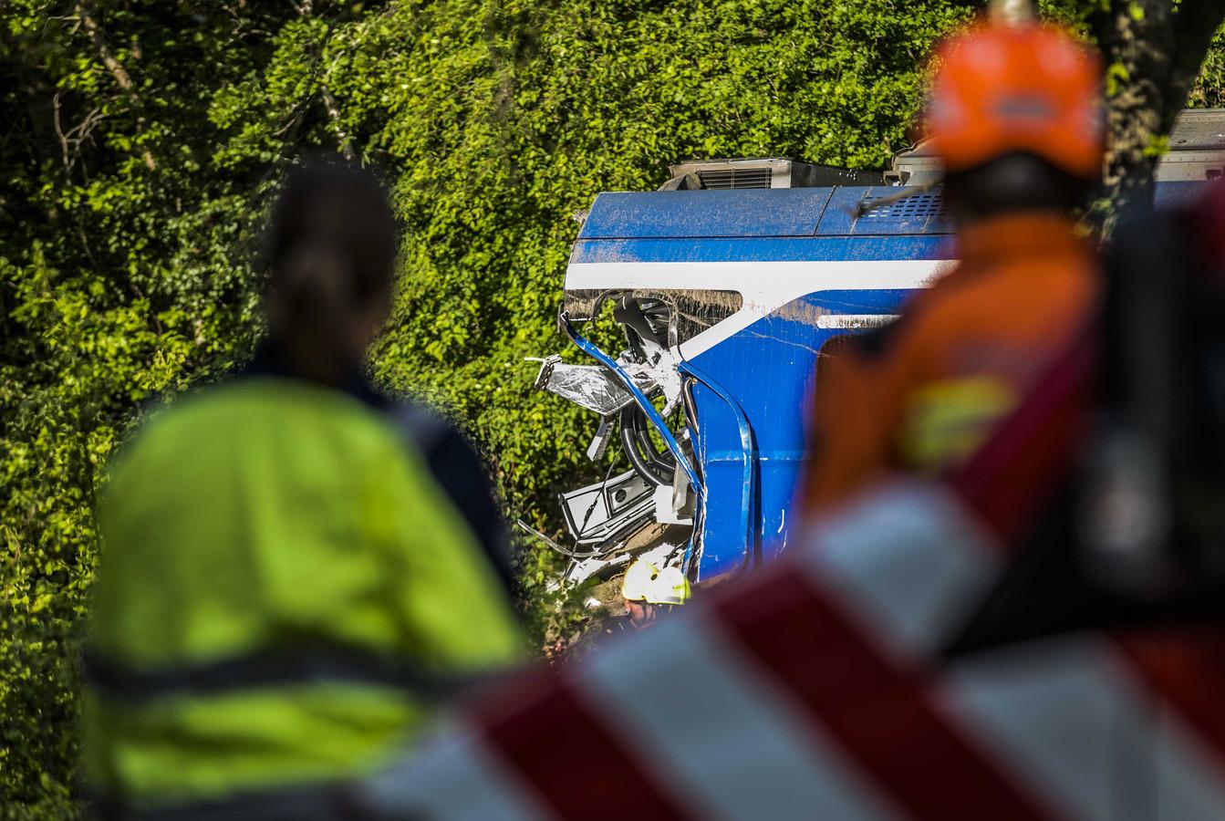 Hulpverleners bekijken de rampplek in Hooghalen.