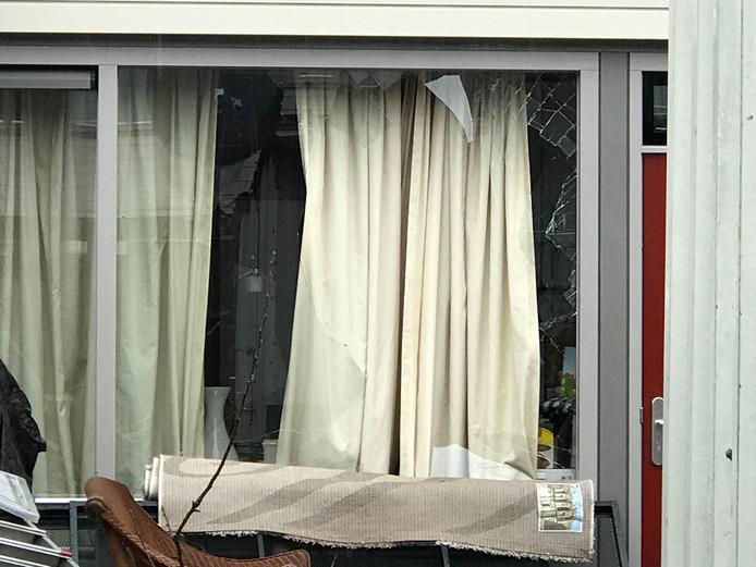 Aan het raam in Den Bosch is veel schade na de overval.