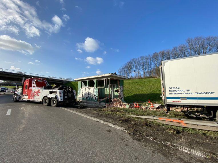 Een vrachtwagen ramde een huisje van verkeer en Wegen naast de A12 voor de Kennedytunnel.