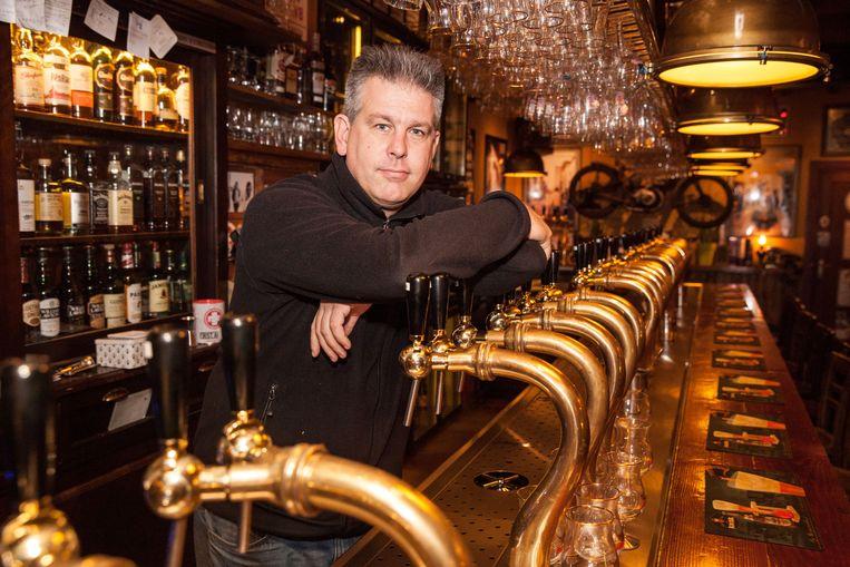 Jan Francois achter de toog met 58 tapkranen in zijn café Rock Circus.