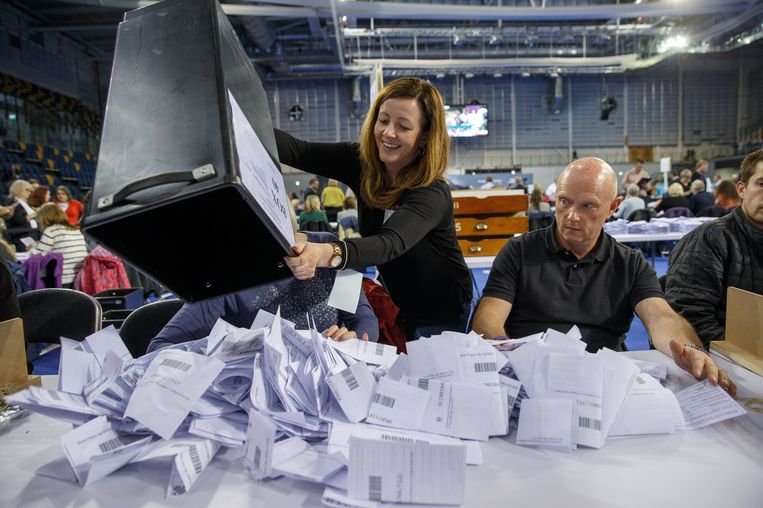 Stemmen tellen in Glasgow. Beeld epa