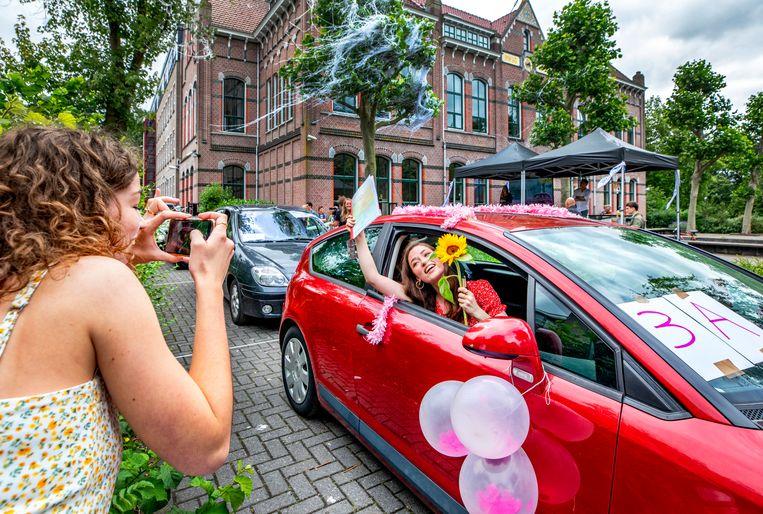 Diploma-uitreiking in de drive-through van het A. Roland Holst College in Hilversum. Dunja van Diest heeft haar vwo cum laude afgerond. Beeld Raymond Rutting / de Volkskrant