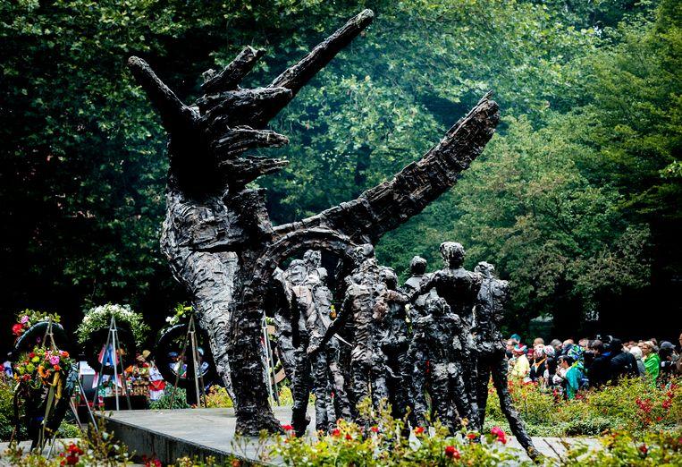 Een bezoeker bij het Nationaal Monument Slavernijverleden tijdens de nationale herdenking van de afschaffing van de slavernij in het Oosterpark. Beeld Hollandse Hoogte /  ANP